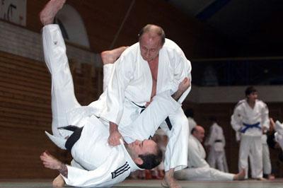 Poetin lewer 'n judo demonstrasie by die Kodokan Instituut. Hy dra 'n 6de Dan belt in die sport.