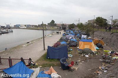 'n Foto van die plakkers langs die hawe van die Franse stad Calais. Sowat 700 immigrante het hulself hier gevestig.